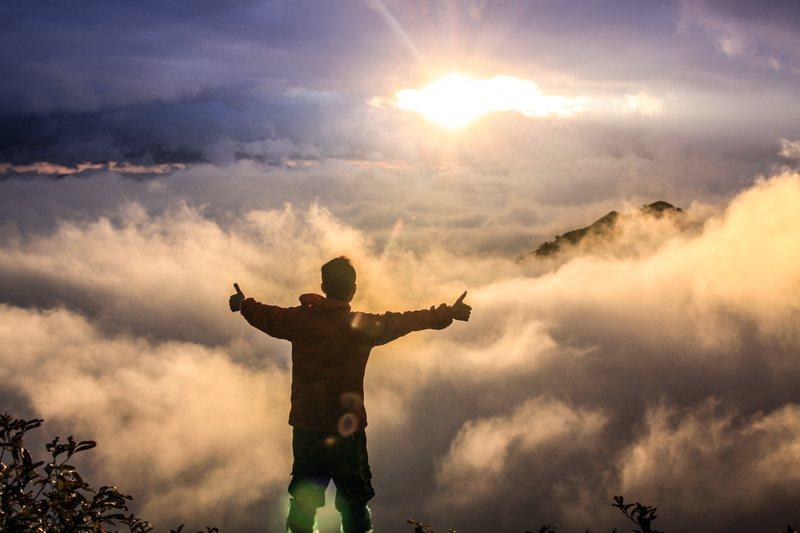 96f4bf1381e3fc Fototapeta mężczyzna na szczycie góry z otwartymi ramionami FP 1136 ...